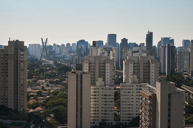 Uitzicht op de wijk brooklyn in sao paulo met de kabel
