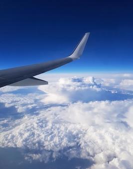 Uitzicht op de wolken door de patrijspoort