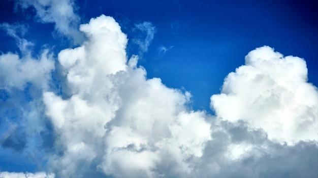 Uitzicht op de wolken op de blauwe hemelachtergrond. samui.