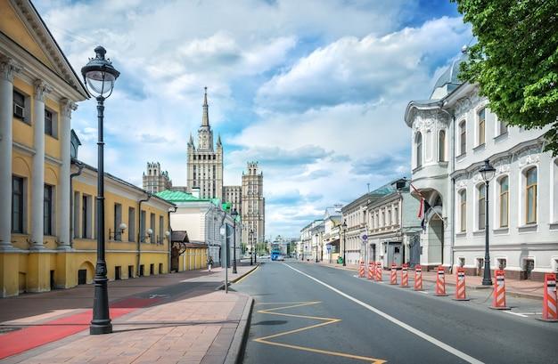 Uitzicht op de wolkenkrabber op kudrinskaya vanaf de bolshaya nikitskaya-straat in moskou op een zonnige zomerdag