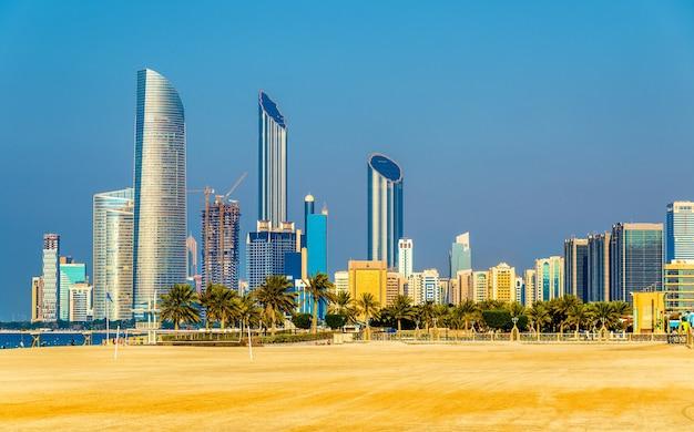 Uitzicht op de wolkenkrabbers van abu dhabi van het openbare strand