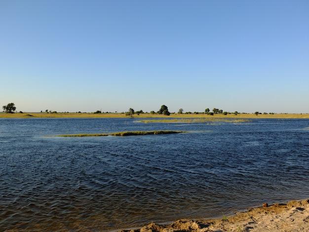 Uitzicht op de zambezi rivier in chobe nationaal park, botswana, afrika