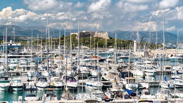 Uitzicht op de zeehaven in antibes, frankrijk