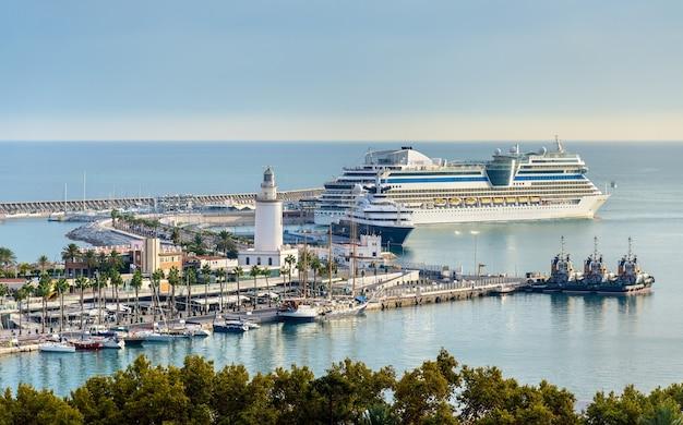 Uitzicht op de zeehaven in malaga - spanje, andalusië