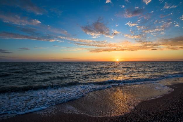 Uitzicht op de zonsondergang op de zee