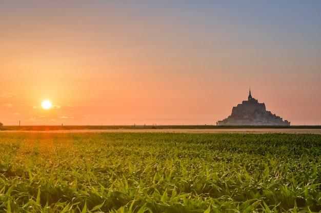 Uitzicht op de zonsondergang van de mont saint michel