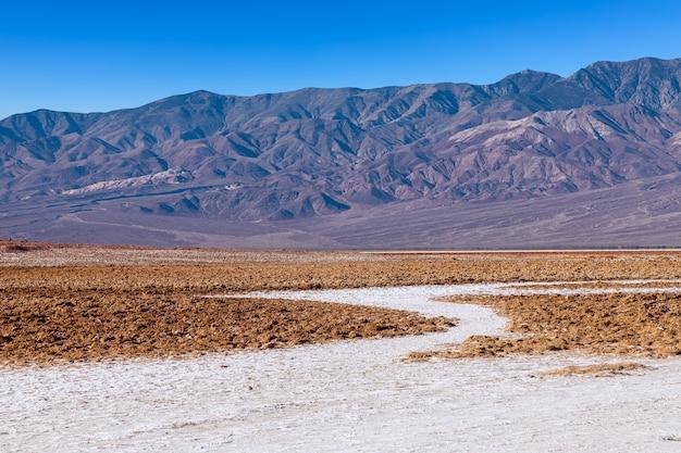 Uitzicht op de zoutvlakten van de basins, badwater basin, death valley, inyo county, zoute badwater-formaties in death valley national park. californië, vs.