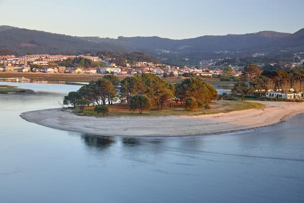 Uitzicht op de zuidkust van galicië in het nigran-gebied.