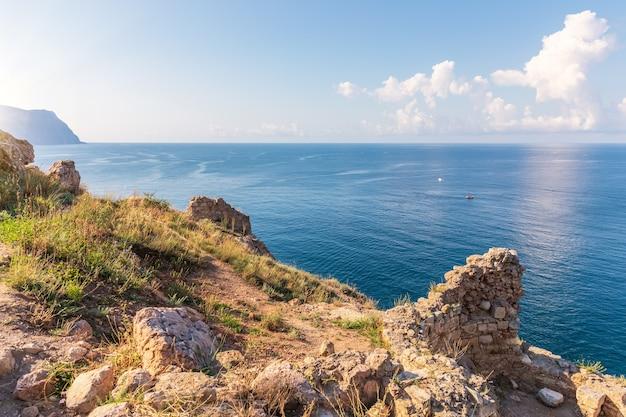 Uitzicht op de zwarte zee vanaf de balaklava-kaap, de krim.