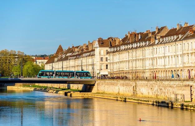 Uitzicht op dijk in besancon met tram op een brug - frankrijk Premium Foto