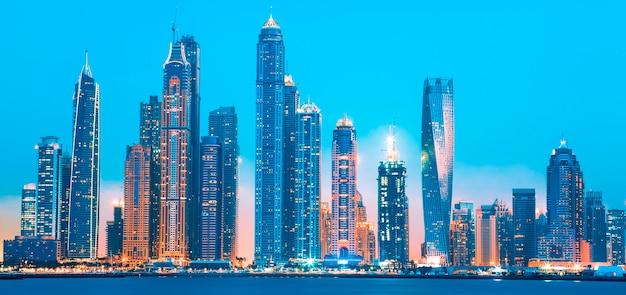 Uitzicht op dubai bij zonsopgang, verenigde arabische emiraten