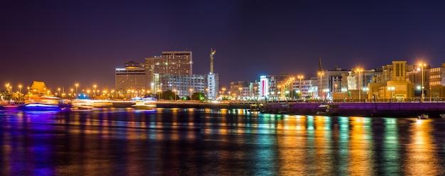 Uitzicht op dubai creek in de avond, de emiraten
