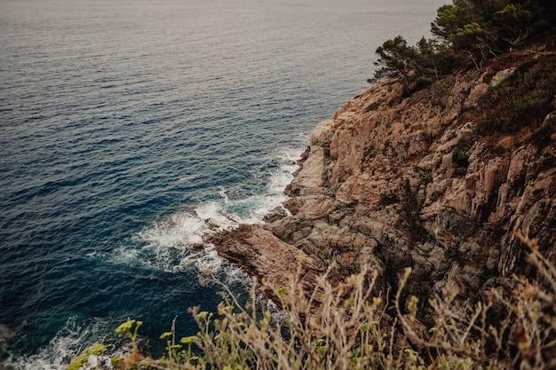 Uitzicht op een baai aan de costa brava vanaf een hoog punt