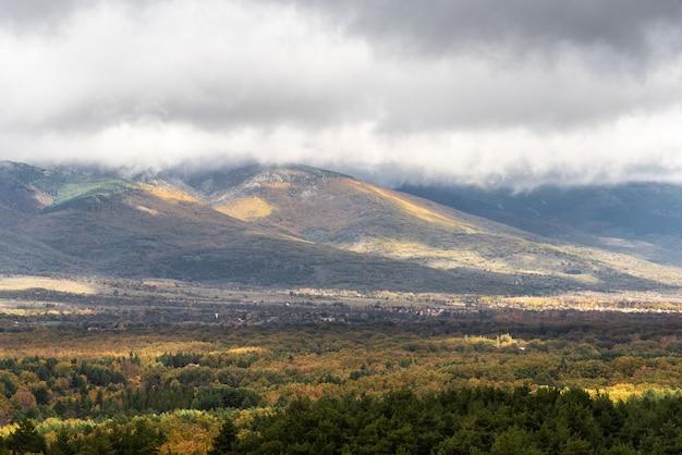 Uitzicht op een bergachtig landschap in de herfst met een stormachtig klimaat