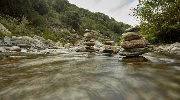 Uitzicht op een bergbeek met de beweging van water cattiurato met een lange blootstelling