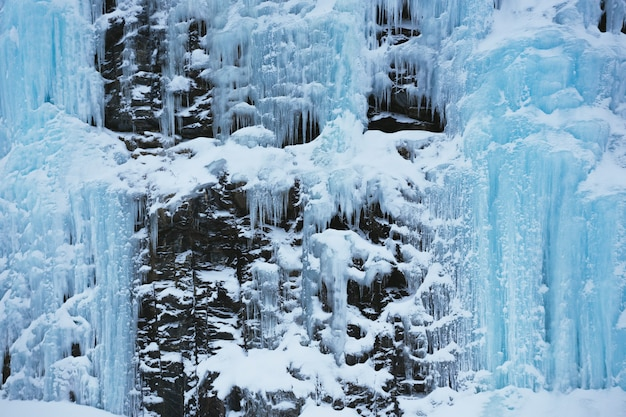 Uitzicht op een bevroren waterval. winter in noorwegen