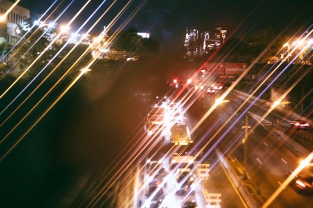Uitzicht op een drukke stadsweg 's nachts
