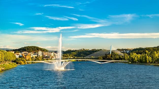 Uitzicht op een fontein op de rivier de mondego in coimbra, portugal