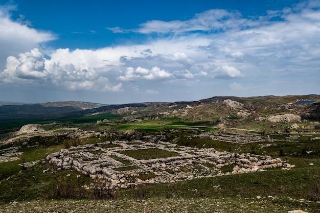 Uitzicht op een hettitische ruïnes, een archeologische vindplaats in hattusa, turkije op bewolkte dag