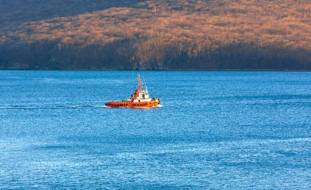 Uitzicht op een kleine sleepboot in de zee