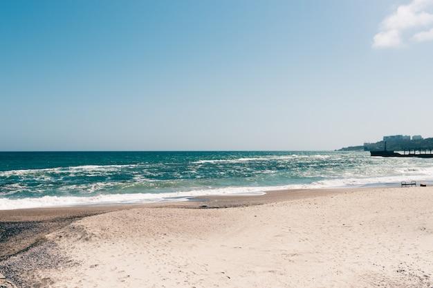 Uitzicht op een leeg strand op een zonnige dag