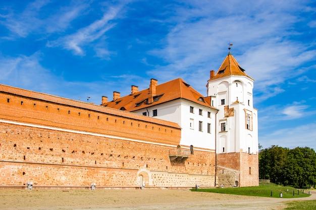 Uitzicht op een middeleeuws kasteel op een achtergrond van blauwe lucht.