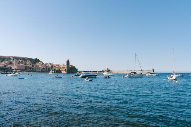 Uitzicht op een middeleeuwse haven met boten op het water. reis concept