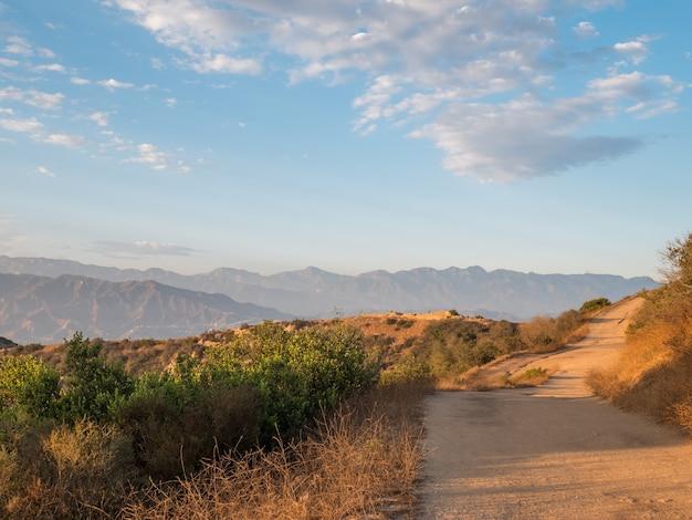 Uitzicht op een onverharde weg om te wandelen in de heuvels van hollywood