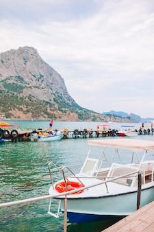 Uitzicht op een passagiersboot in balaklava bay