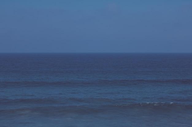 Uitzicht op een prachtige kustlijn atlantische oceaan in europa reisvakantie en zomerconcept uw perf...