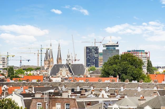 Uitzicht op een prachtige moderne europese stad waar ver weg hoge gebouwen worden gebouwd