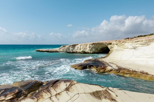 Uitzicht op een rotsachtige kust in de ochtend