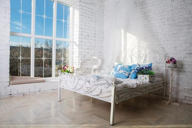 Uitzicht op een ruime en nette slaapkamer