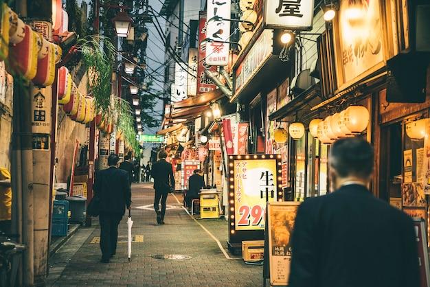 Uitzicht op een straat in de stad en 's nachts met mensen en lichten