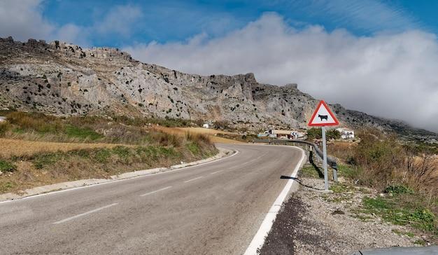 Uitzicht op een weg naar het natuurpark el torcal de antequera