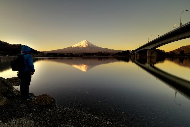 Uitzicht op fuji-bergvorm meer kawaguchiko