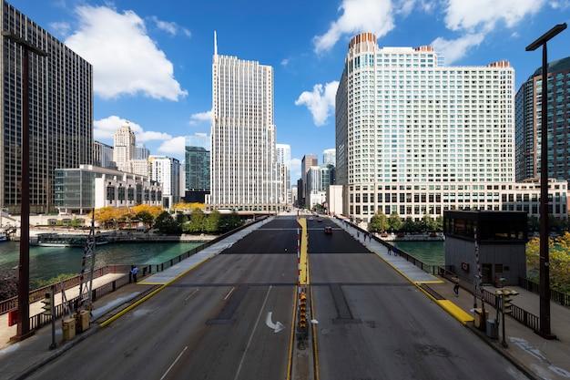 Uitzicht op gebouwen en brug in chicago