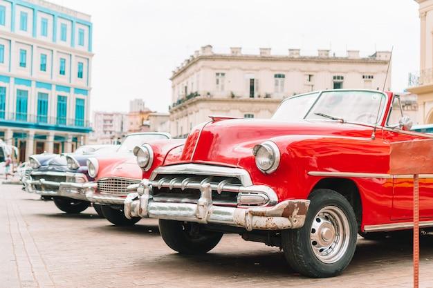 Uitzicht op gele klassieke vintage auto in oud havana, cuba
