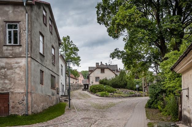 Uitzicht op geplaveide straat in een kleine stad. pittoreske locatie om te filmen en te wandelen. talsi, letland.