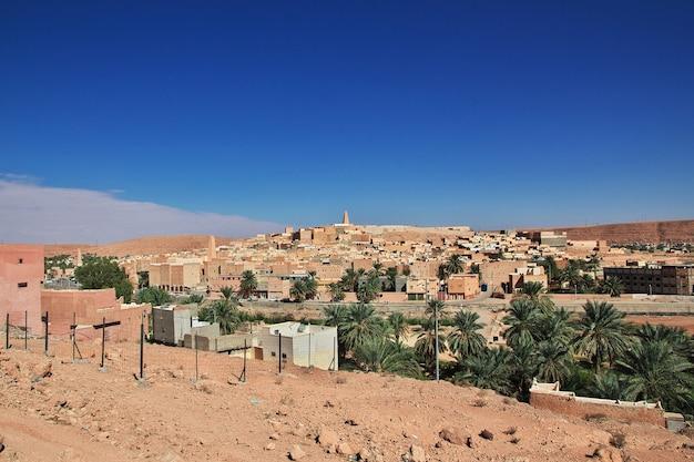 Uitzicht op ghardaia stad in de sahara woestijn van algerije