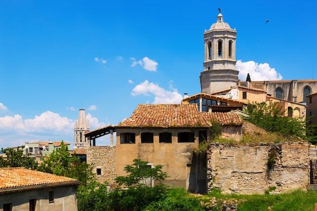 Uitzicht op girona met klokkentoren van gotische cathedra