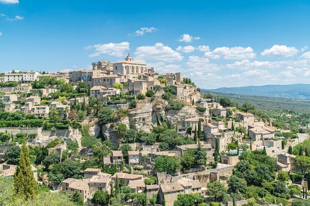 Uitzicht op gordes, een klein typisch stadje in de provence