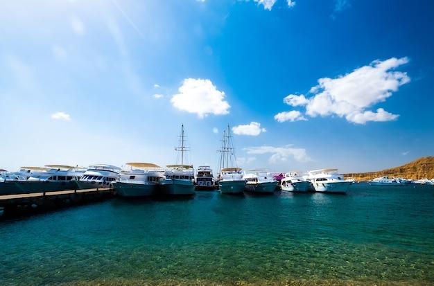 Uitzicht op haven met witte schepen