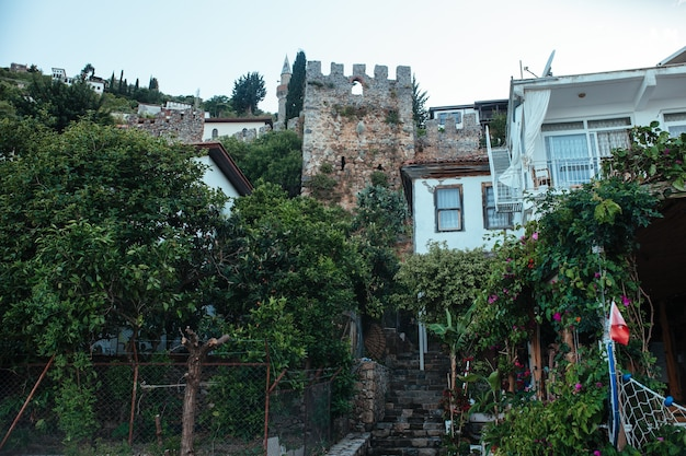 Uitzicht op het alaanse fort en de oude stad aan de voet van de berg