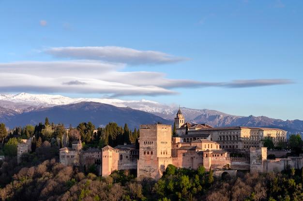 Uitzicht op het alhambra in granada met sierra nevada op de achtergrond, granada, spanje