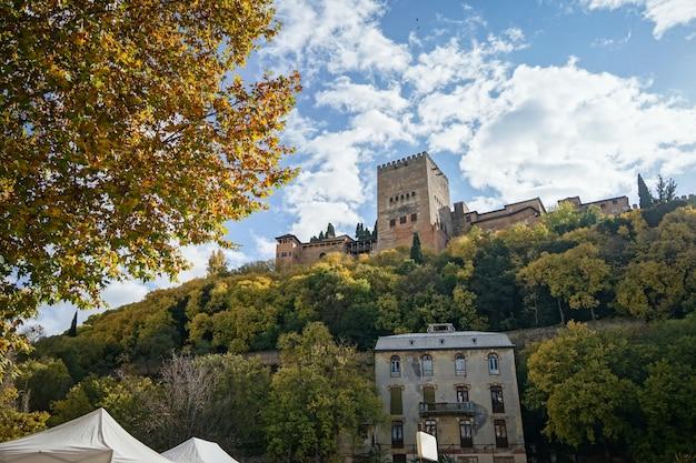 Uitzicht op het alhambra in granada vanuit de wijk albaicín