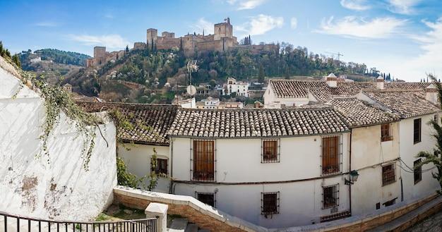 Uitzicht op het alhambra van granada vanaf het albaicin