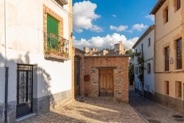Uitzicht op het alhambra vanaf een straat in de wijk albaicin, granada