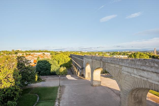 Uitzicht op het aquaduct van heilige clement in de tuin van peyrou tijdens het ochtendlicht in de stad montpellier in zuid-frankrijk