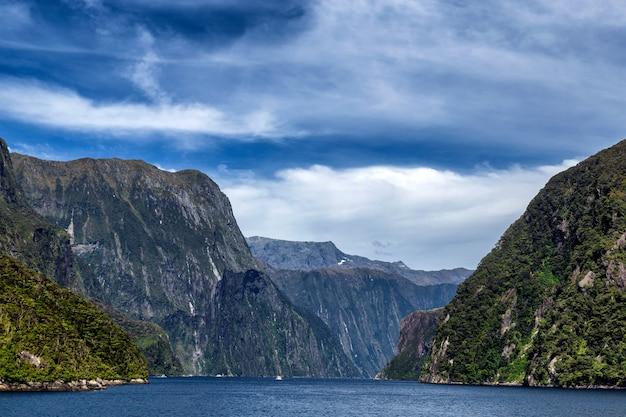 Uitzicht op het begin van milford sound fjord van tasmanzee